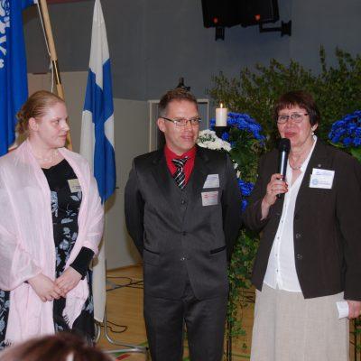 Lääkäriteoksen kirjoittaja Irja Kjander-Vierkens, Mika Piirto ja Eila Lehtikallio